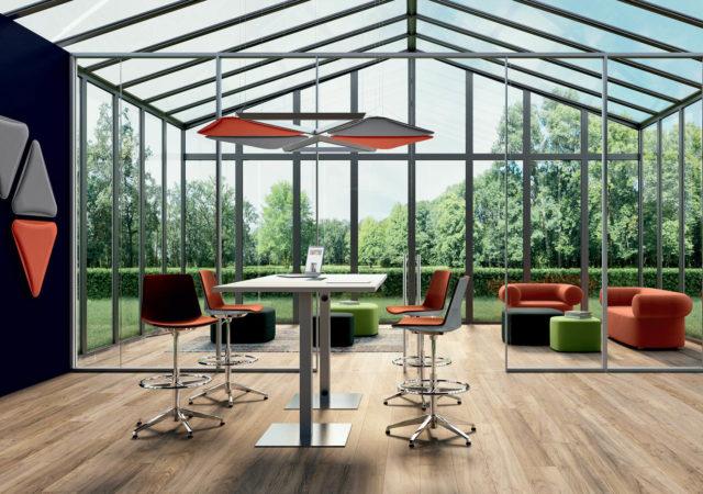 Visoka konferenčna miza s stoli