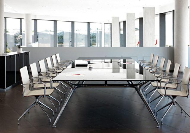 Steklena sejna miza s stoli