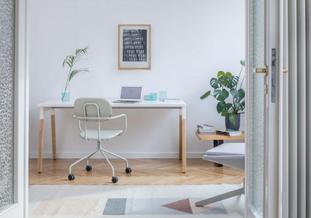 Pisarniške mize z lesenimi mogami