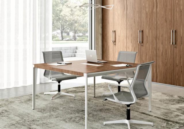 Konferenčna miza X9 z belim kovinskim podnožjem