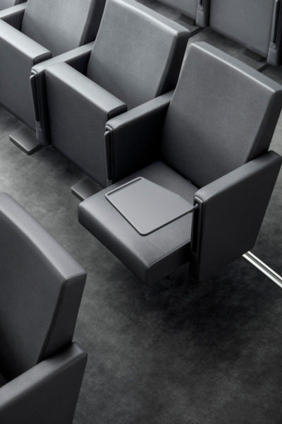 Dvoranski stoli Audit 20 z mizico