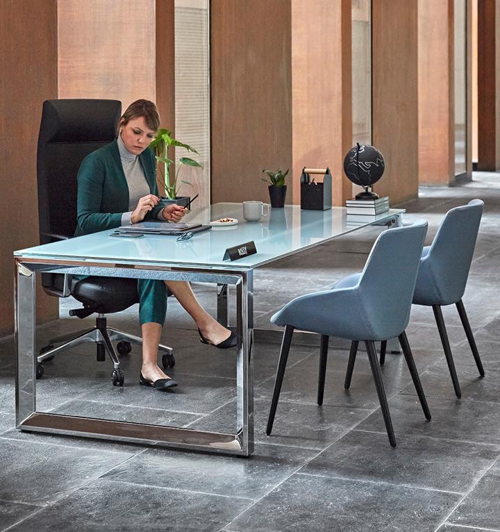 pisarniška oprema stoli in miza